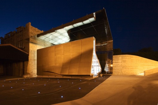 Tondonia Winery Pavilion / Zaha Hadid