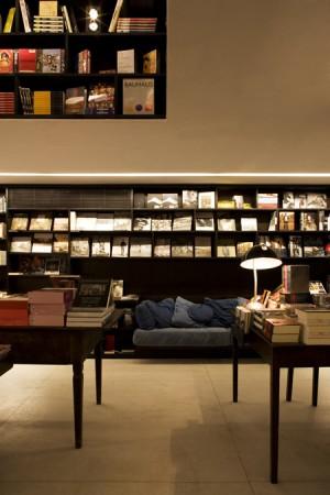 Tables and bookshelf in background © Leonardo Finotti