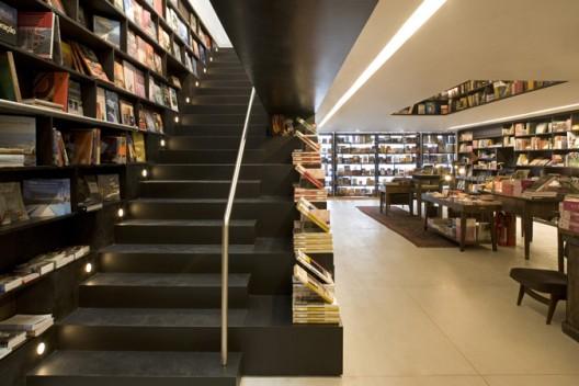 Stairway to the First Floor © Leonardo Finotti