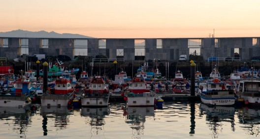Fishermen warehouses in the port of Cangas / Irisarri + Piñera