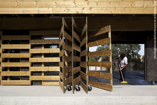 Moving system detail in the entrance © Leonardo Finotti