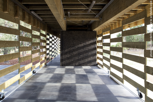 View of the central space. The wall-doors leaves a shadow patter © Leonardo Finotti
