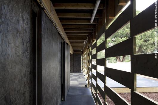 Perspective of the corridor from the restroom area © Leonardo Finotti