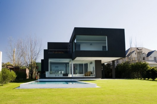 The Black House / Andres Remy Arquitectos