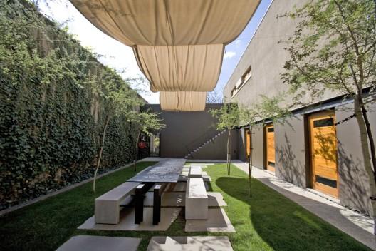 02 using couryards to define spaces - Surprenante maison coloree min pop arq buenos aires ...
