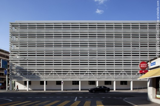 Partial facade made of thin metal parasols © Leonardo Finotti
