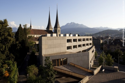 Aerial view of the school building with Lucern city in the backg © Leonardo Finotti