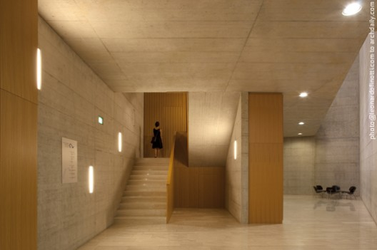 View of the beginning of the staircase and the corridor in the b © Leonardo Finotti