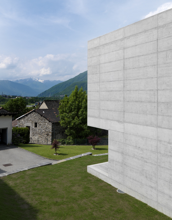 Concrete - House in Lumino - Davide Macullo Architects © Enrico Cano, Como