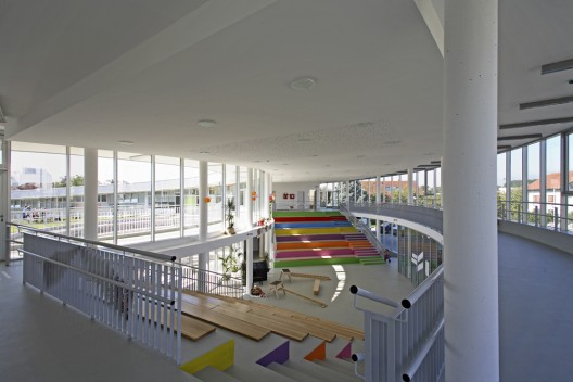 http://cdn.archdaily.net/wp-content/uploads/2010/09/1283353704-segrt-hlapic-kindergarten-5-528x352.jpg