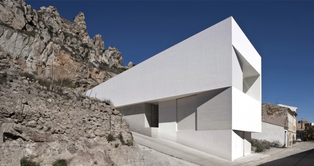 House on the Castle Mountainside / Fran Silvestre Arquitectos