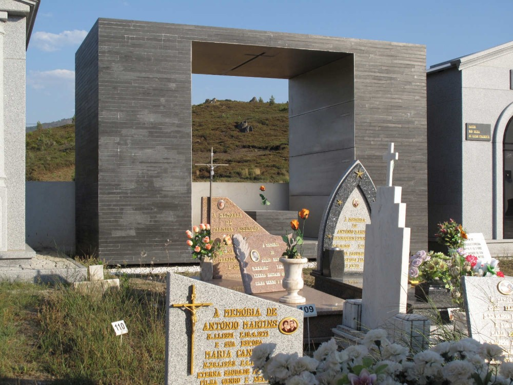 Family Tomb in the Açor Mountains / Pedro Dias