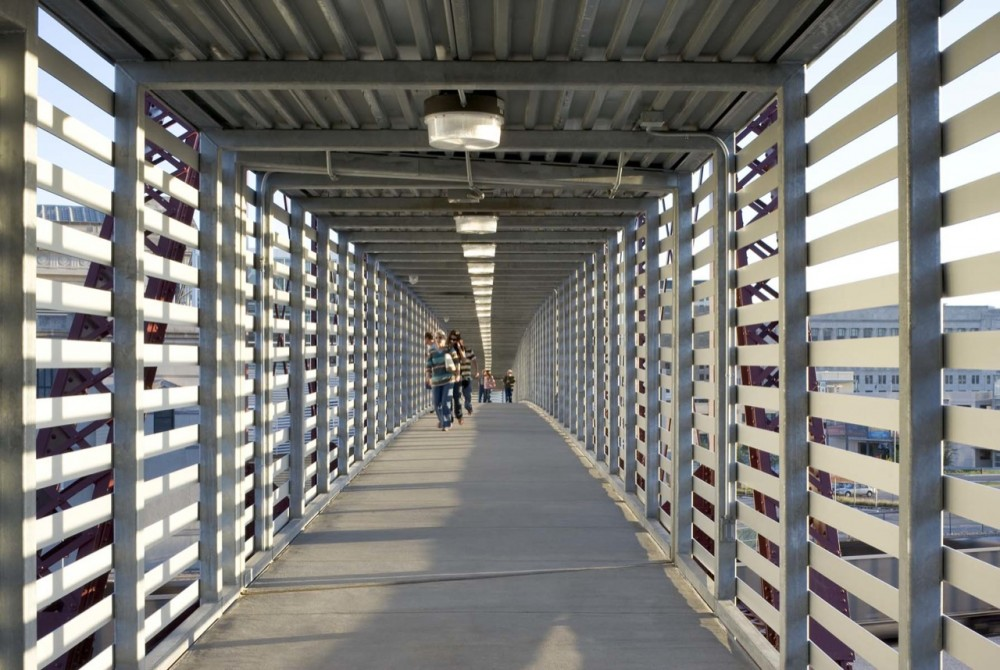 Freight House Pedestrian Bridge / BNIM