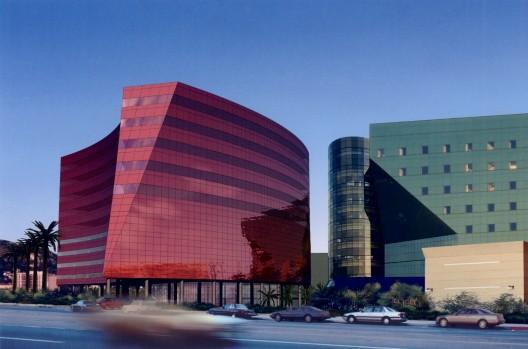 ساختمان قرمز از معماران Pelli Clarke Pelli