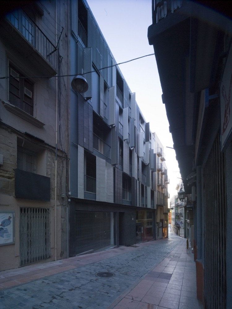 19 Subsidized Dwellings for Young People at the Old Town Center in Lleida / Pàmpols Arquitecte
