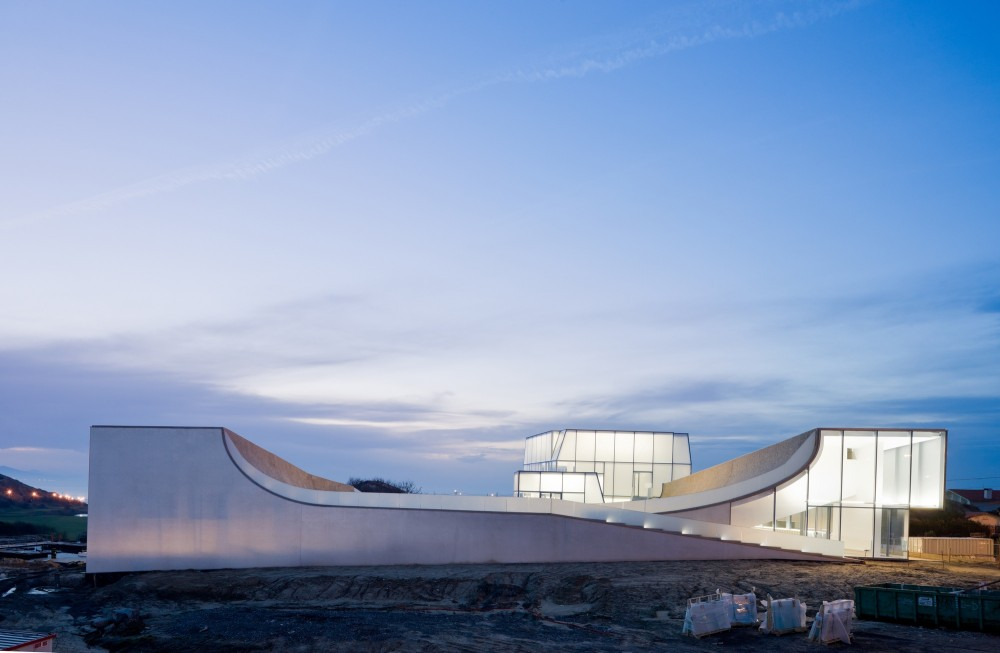 Museum of Ocean and Surf / Steven Holl Architects in collaboration with Solange Fabiao