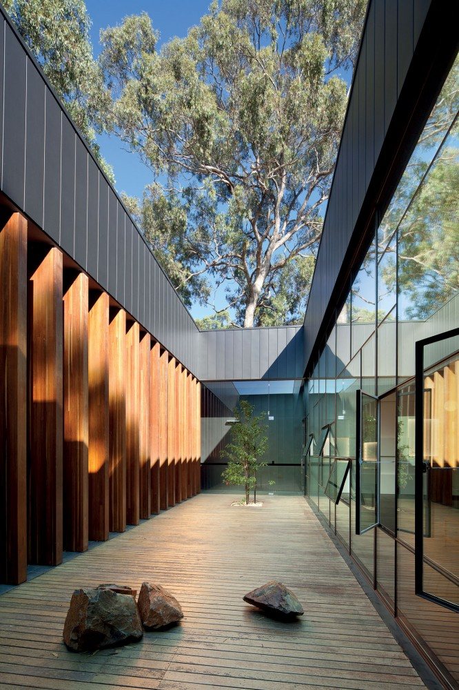 Puckapunyal Military Area Memorial Chapel / BVN Architecture