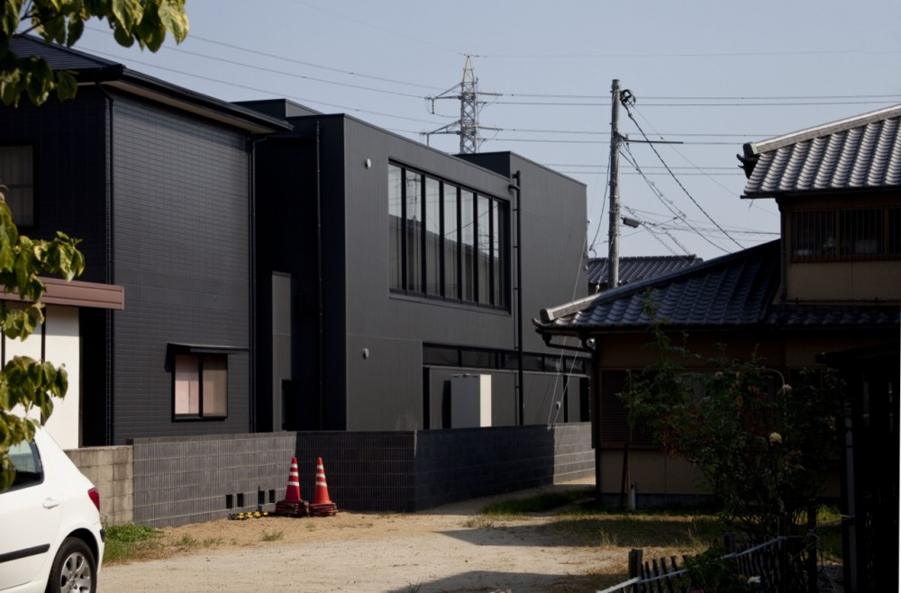 Black slit house / THREE.BALL.CASCADE.