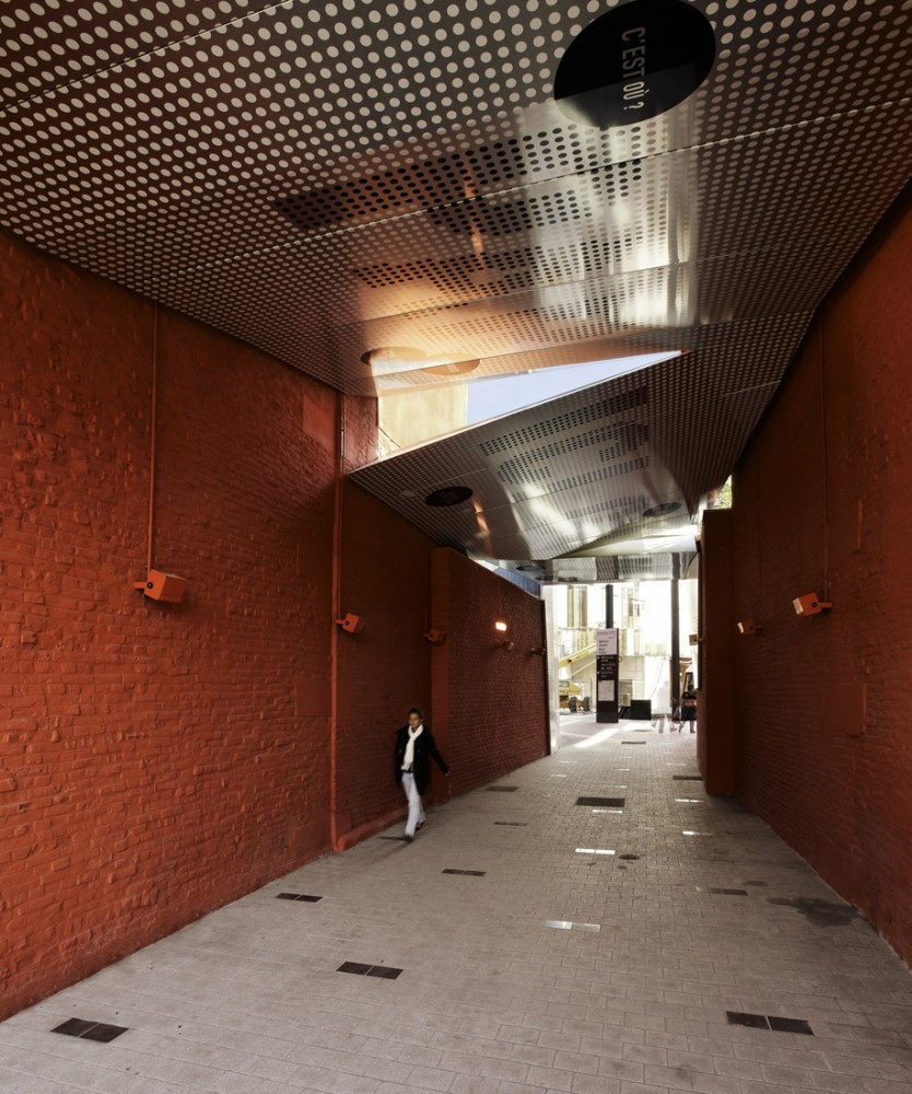 Covered Pedestrian Crossing / Atelier 9.81