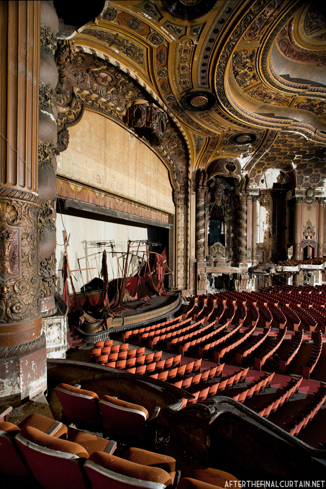 After the Final Curtain: Abandoned Theaters / Matt Lambros