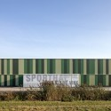 Green sports hall in Nieuwerkerk aan den Ijssel / MoederscheimMoonen Architects © Luuk Kramer