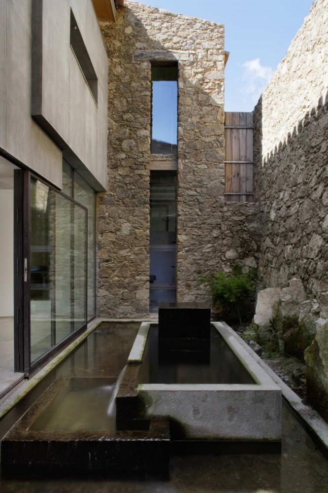 Estate In Extremadura / Ábaton Architects