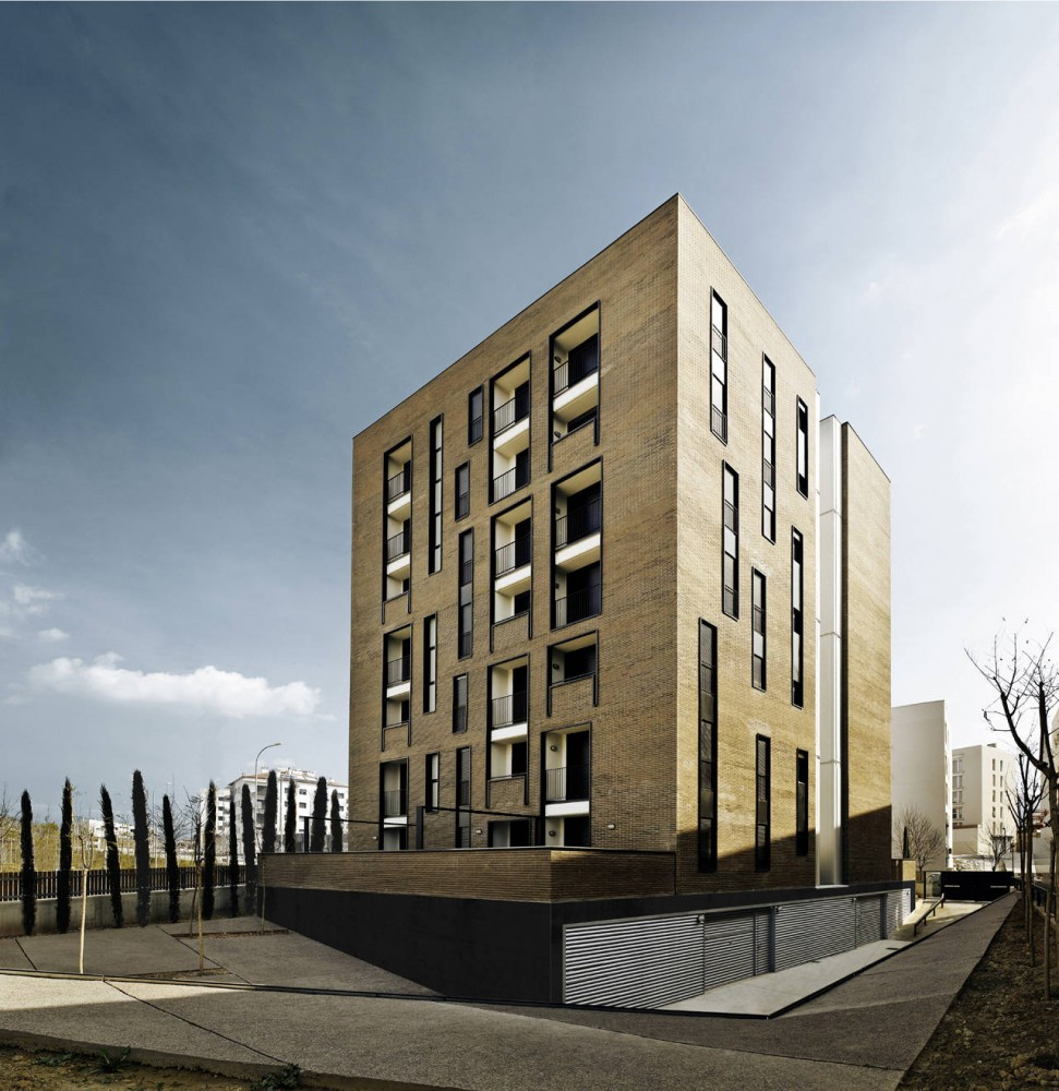 Apartment Building of 42 Units / Roldn + Berengu, arqts.
