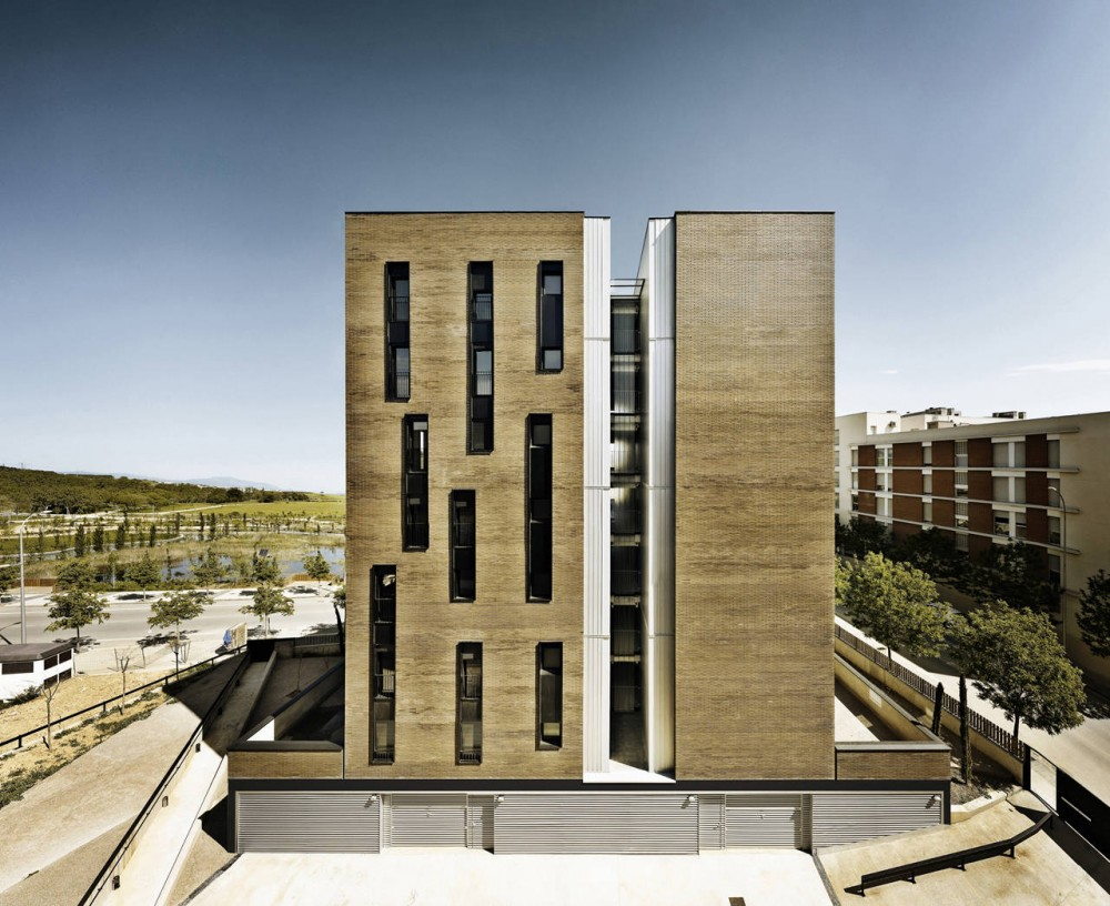 Apartment Building of 42 Units / Roldán + Berengué, arqts.