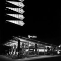 Black and white evening shot of Norms Restaurant / Armet Davis Newlove Architects Norms Restaurant: Courtesy of Jack Laxer/Armet Davis Newlove Architects © Jack Laxer Photographer, Pacific Palisades, CA.
