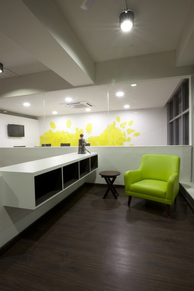White Canvas & 22 feet office / Kamat & Rozario Architecture