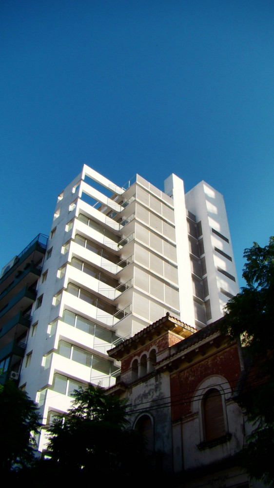 Flashback: Residential Building in Rosario / Rafael Iglesia