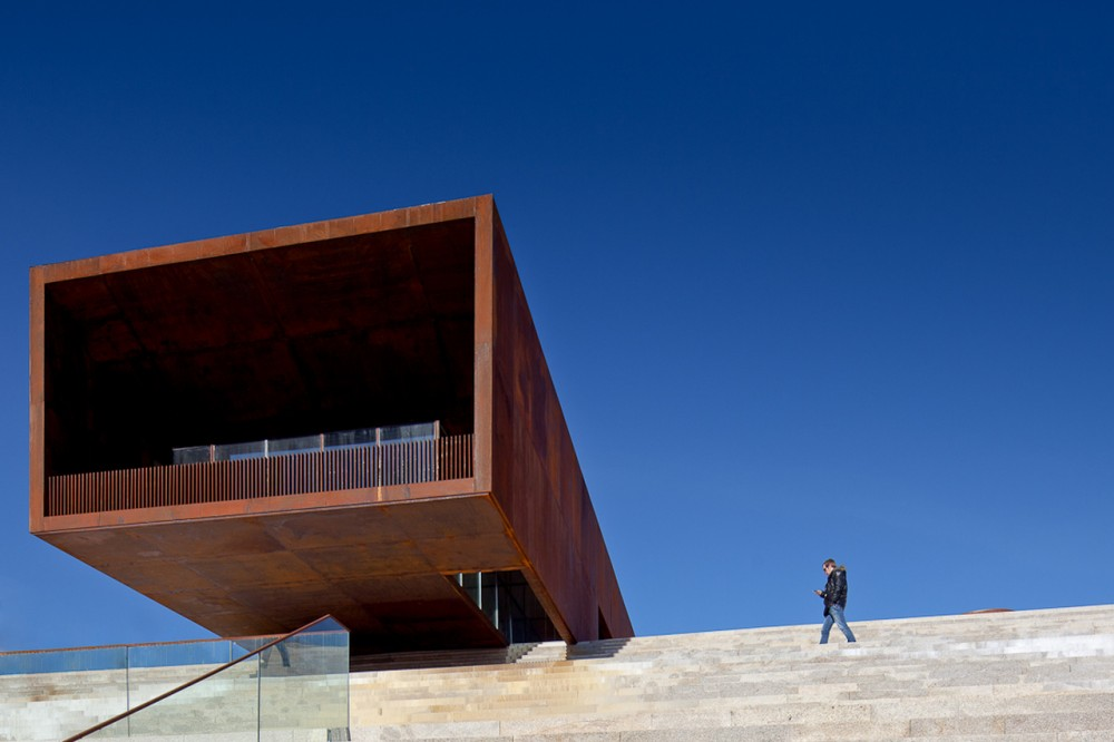 Lamego Multi Purpose Pavillion / Barbosa & Guimarães