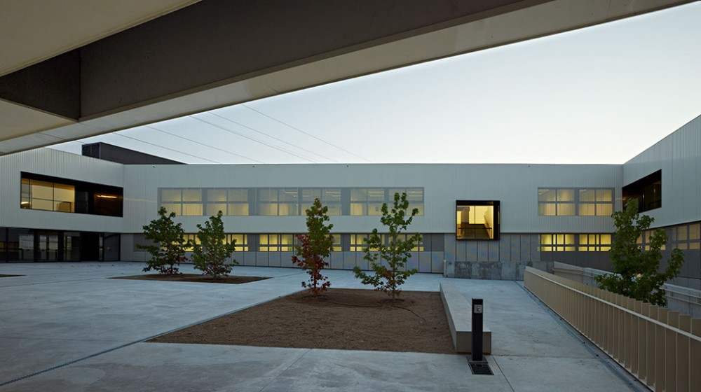 "Kindergarden, Primary and Secondary School ""Les Vinyes"" / MMDM Arquitectes S.C.P."