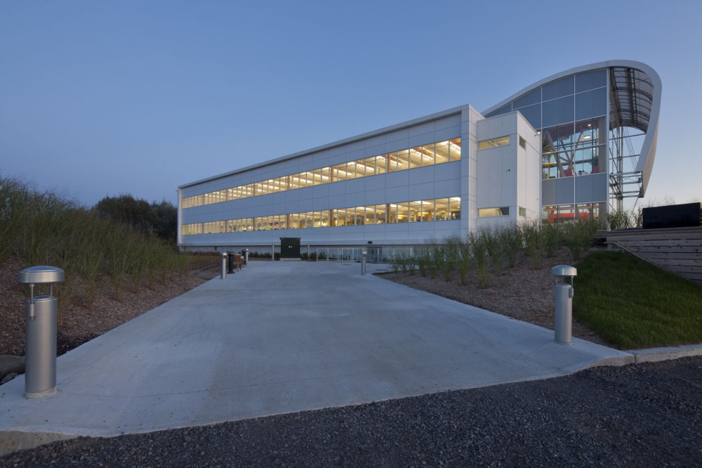 Administrative Building of GlaxoSmithKline Inc. / Coarchitecture