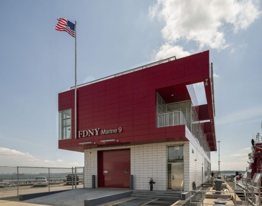 FDNY Marine Company 9 / Sage and Coombe Architects © Paul Warchol