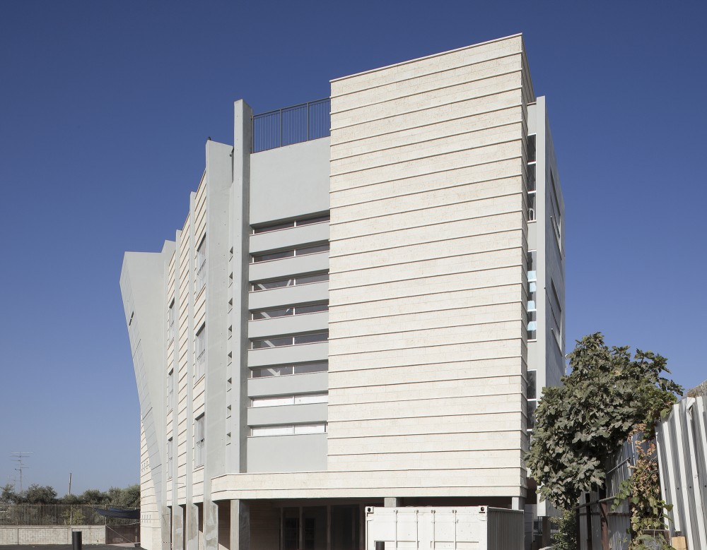 Orthodox School in Remle / Dan and Hila Israelevitz Architects