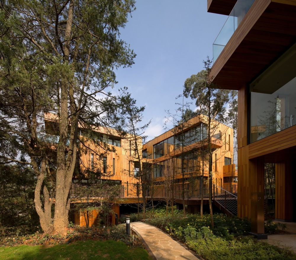 Innhouse Eco Hotel / Oval Partnership