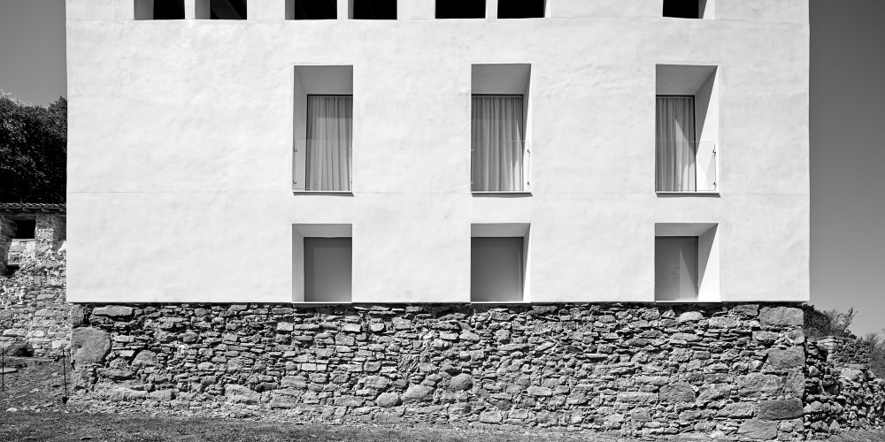 Reconstruction of an Old Rural Mansion / Josep Lluís Mateo
