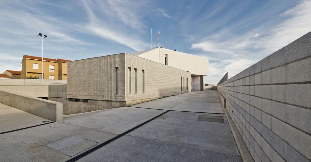 Civil Guard Barracks House in Malpartida de Plasencia / MUDAARQUITECTURA