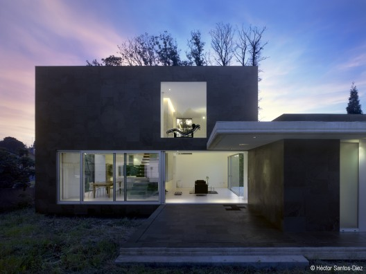Casa EINS / scar Pedrs  Hctor Santos-Diez
