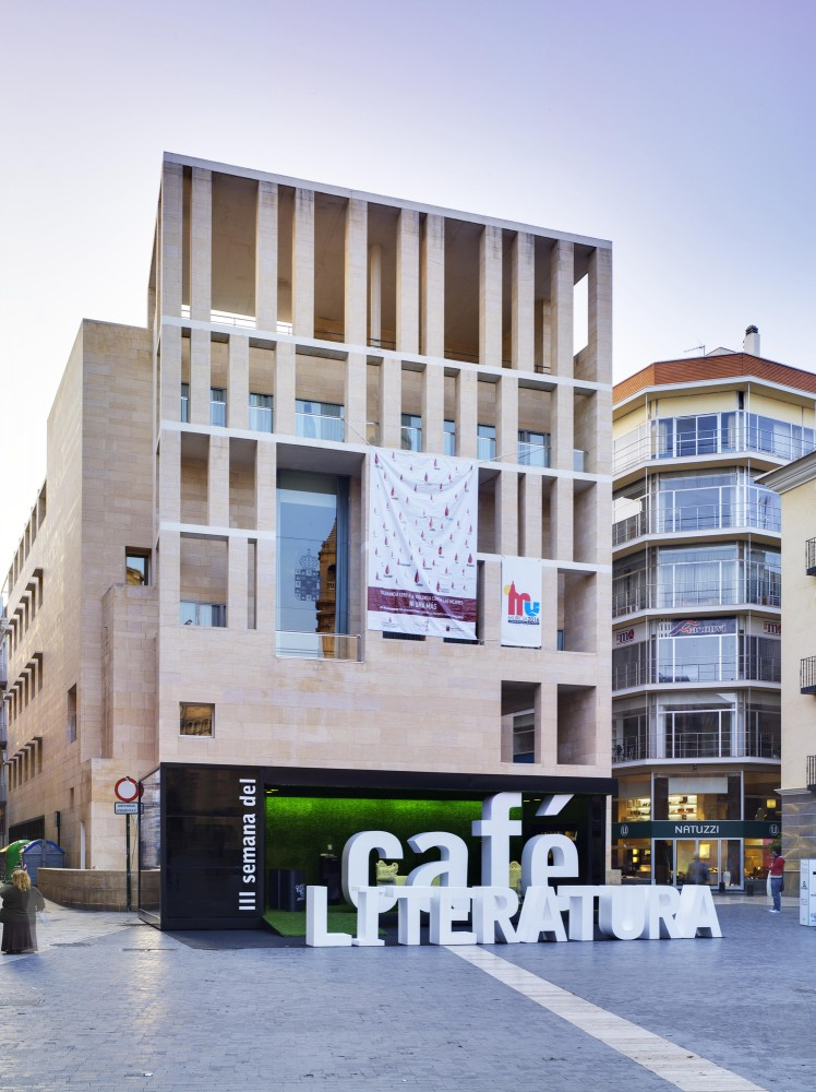 Coffee and Literature Stand / Clavel Arquitectos