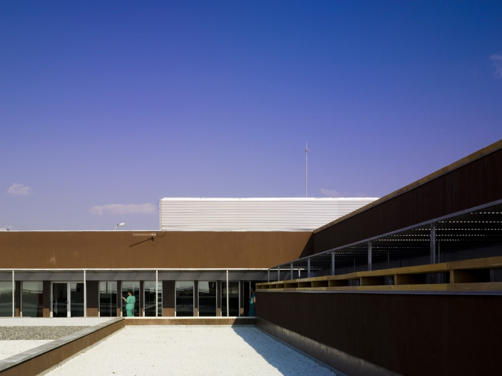 Tierra De Barros Hospital / EACSN + Junquera Arquitectos