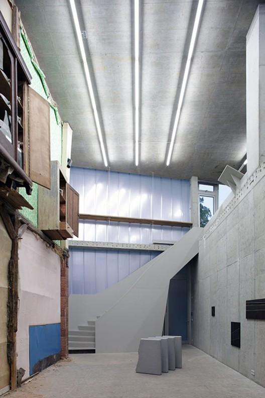 http://ad009cdnb.archdaily.net/wp-content/uploads/2013/05/51a1505cb3fc4b10be000090_brunnenstrasse-9-brandlhuber_08_brandlhuber__archdaily_brunnenstrasse_berlin_nathan_willock_gallery_ground_floor_-portada--528x792.jpg