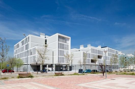 Social Housing in Valleca´s Eco-boulevard / Olalquiaga Arquitectos © Miguel de Guzmán