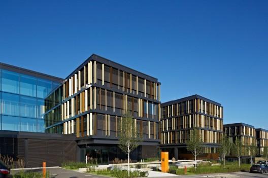 - 51ef2c45e8e44e94e50000b8_lalux-assurances-headquarters-jim-clemes-atelier-d-architecture-et-de-design_lalux_mg_2033qf-528x351