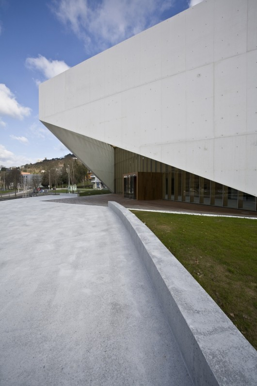 http://ad009cdnb.archdaily.net/wp-content/uploads/2013/11/513143dfb3fc4b0d98001444_carlos-santa-mar-a-center-jaam-sociedad-de-arquitectura_1337369498-jaam-ccs-18-530x795.jpg