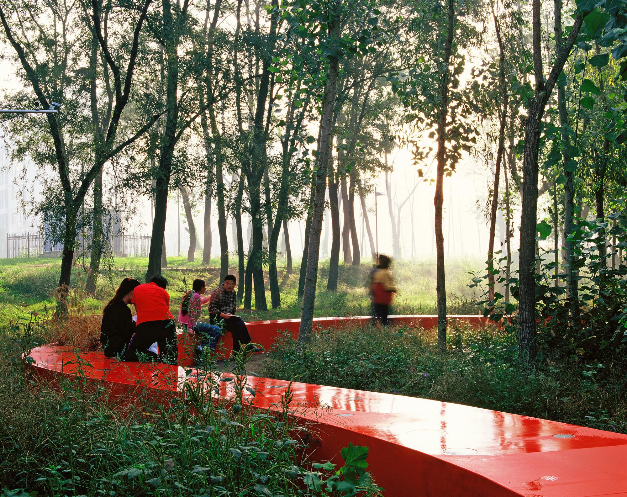 项目介绍:用最少的人工与投入构建城市绿色廊道。秦皇岛汤河公园从设计到实施,历时一年时间,2006年7月完成,用最少的人工和投入,将地处城乡结合部的一条脏、乱、差的河流廊道,改造成一处魅力无穷的城市休憩地,一幅幅和谐社会的真实画面,生动地在生态场景中展开。设计最大限度地保留原有河流生态廊道的绿色基底,并引入一条以玻璃钢为材料的、长达500米的红色飘带,它整合了包括步道、座椅、环境解释系统、乡土植物展示、灯光等多种功能和设施,使这一昔日令路人掩鼻绕道、有安全隐患、可达性极差的城郊荒地和垃圾场,变成令人流连忘