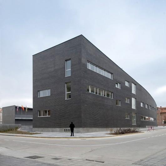 http://ad009cdnb.archdaily.net/wp-content/uploads/2014/02/5304c7c2e8e44ec69a000162_santa-marta-de-tormes-town-hall-sanchez-gil-arquitectos_02sm-530x529.jpg