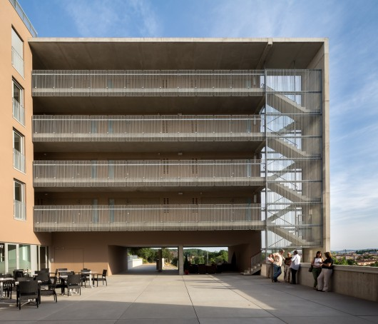 Social housing for people over 65 in girona arcadi pla for Arquitectes girona