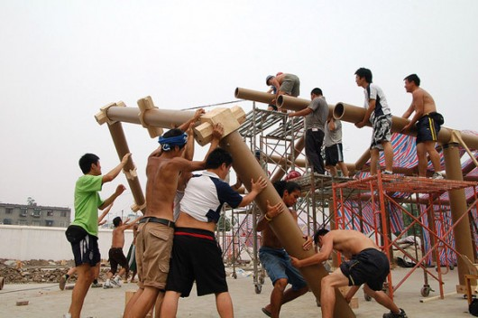 """Shigeru Ban's """"Kooky"""" Architecture: Just What the World Needs? Workers in Chengdu, China, assemble the Hualin Temporary Elementary School, designed by the Japanese architect Shigeru Ban after the 2008 Sichuan earthquake. Image Courtesy of Forgemind ArchiMedia"""